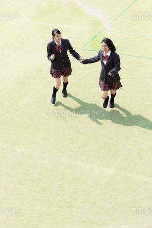 校庭を走る2人の女子高校生の写真素材 [FYI01220779]