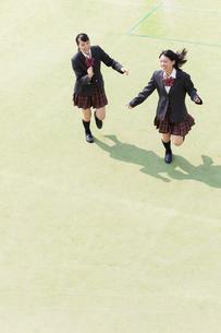 校庭を走る2人の女子高校生の写真素材 [FYI01220780]