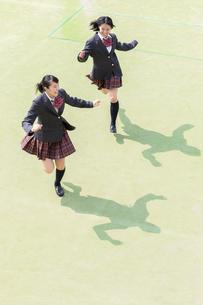 校庭を走る2人の女子高校生の写真素材 [FYI01220781]
