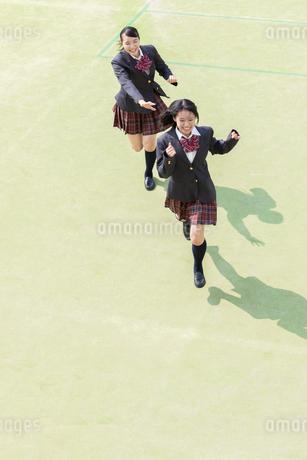 校庭を走る2人の女子高校生の写真素材 [FYI01220782]