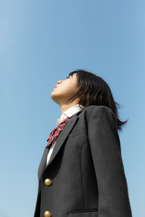 目を閉じて上を向く女子高校生の写真素材 [FYI01220788]
