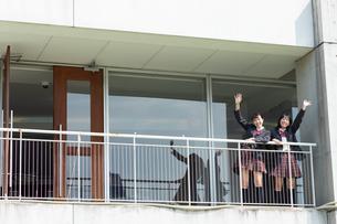 手を振る2人の女子高校生の写真素材 [FYI01220792]