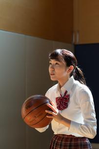 バスケットボールを持つ女子高校生の写真素材 [FYI01220794]