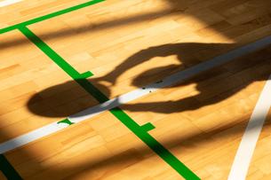 バスケットボールをする人物のシルエットの写真素材 [FYI01220795]