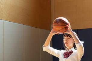 バスケットボールを持つ女子高校生の写真素材 [FYI01220796]