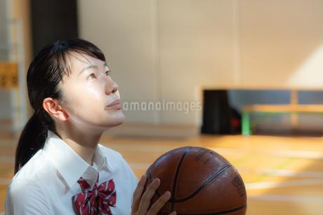 バスケットボールを持つ女子高校生の写真素材 [FYI01220799]