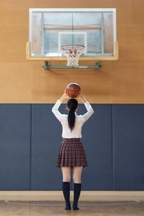 バスケットボールを持つ女子高校生の写真素材 [FYI01220800]