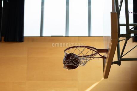 ネットに入るバスケットボールの写真素材 [FYI01220801]