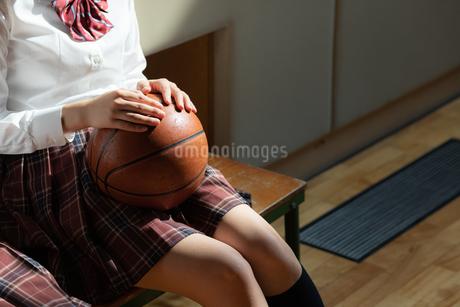 バスケットボールを持つ女子高校生の写真素材 [FYI01220803]