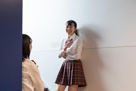 笑顔で会話する女子高校生の写真素材 [FYI01220809]