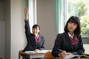 授業を受ける女子高校生の写真素材 [FYI01220828]
