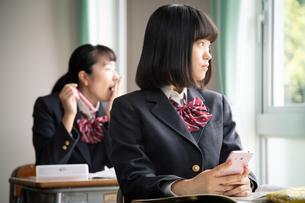 授業中に窓の外を見る女子高校生の写真素材 [FYI01220832]