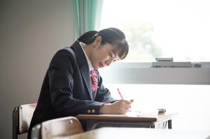 教室で勉強する女子高校生の写真素材 [FYI01220837]