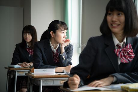 授業中に窓の外を見る女子高校生の写真素材 [FYI01220838]