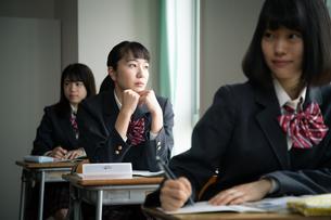 授業中に窓の外を見る女子高校生の写真素材 [FYI01220839]