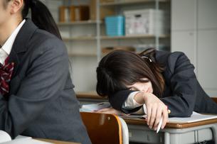 授業中に居眠りをする女子高校生の写真素材 [FYI01220840]