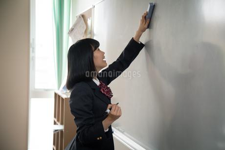 ホワイトボードの前の女子高校生の写真素材 [FYI01220841]