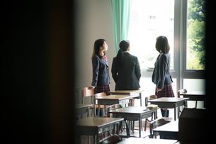 教室で会話する3人の女子高校生の写真素材 [FYI01220848]