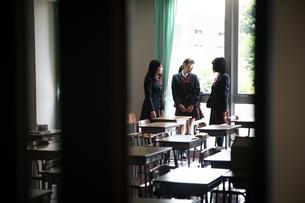 教室で会話する3人の女子高校生の写真素材 [FYI01220850]