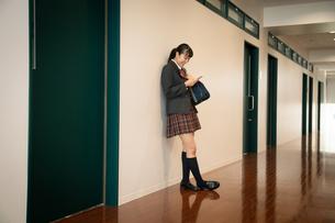 スマートフォンを操作する女子高校生の写真素材 [FYI01220856]