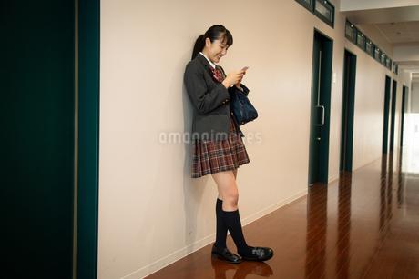 スマートフォンを操作する女子高校生の写真素材 [FYI01220857]