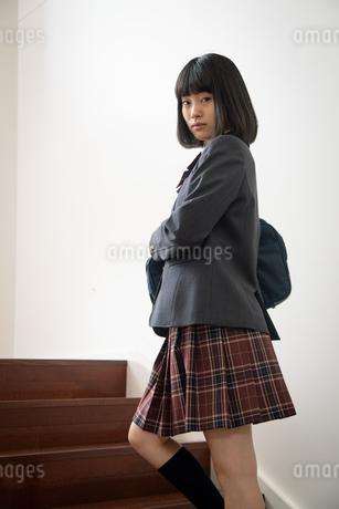 振り返る女子高校生の写真素材 [FYI01220862]