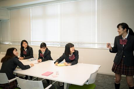 ディスカッションをする女子高校生の写真素材 [FYI01220881]