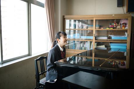 音楽室でピアノを弾く女子高校生の写真素材 [FYI01220886]