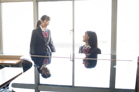 音楽室のピアノの前にいる女子高校生の写真素材 [FYI01220891]
