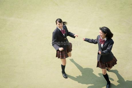 校庭を走る女子高校生の写真素材 [FYI01220892]