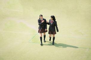 校庭を歩く女子高校生の写真素材 [FYI01220895]