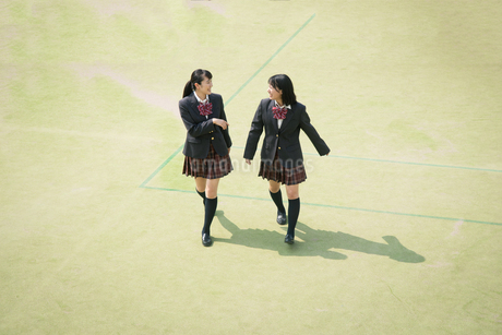 校庭を歩く女子高校生の写真素材 [FYI01220896]