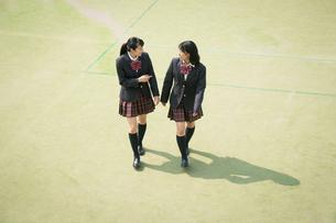 校庭を歩く女子高校生の写真素材 [FYI01220897]