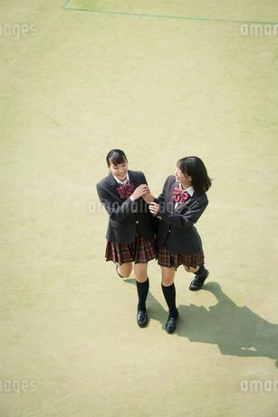 校庭を歩く女子高校生の写真素材 [FYI01220899]