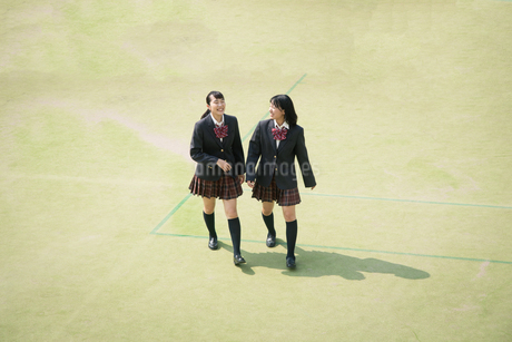 校庭を歩く女子高校生の写真素材 [FYI01220900]