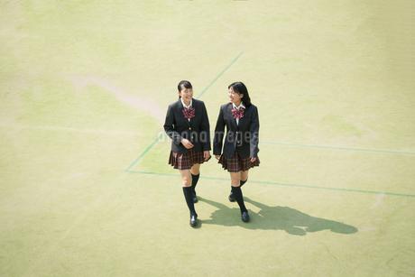校庭を歩く女子高校生の写真素材 [FYI01220901]