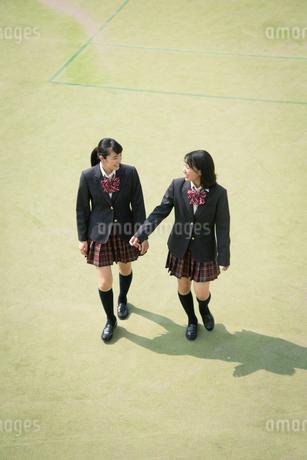 校庭を歩く女子高校生の写真素材 [FYI01220902]