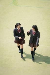 校庭を歩く女子高校生の写真素材 [FYI01220903]