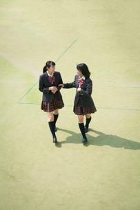 校庭を歩く女子高校生の写真素材 [FYI01220904]