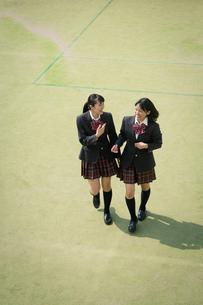 校庭を歩く女子高校生の写真素材 [FYI01220905]