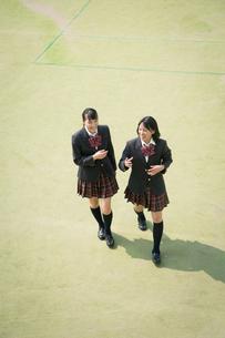 校庭を歩く女子高校生の写真素材 [FYI01220906]