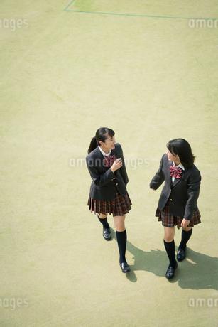 校庭を歩く女子高校生の写真素材 [FYI01220907]