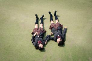 校庭に寝転ぶ女子高校生の写真素材 [FYI01220909]