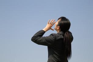 青空に向かって声を出す女子高校生の写真素材 [FYI01220911]