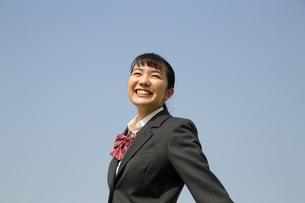 青空と笑顔の女子高校生の写真素材 [FYI01220912]
