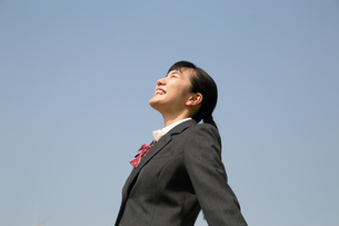 青空と笑顔の女子高校生の写真素材 [FYI01220913]