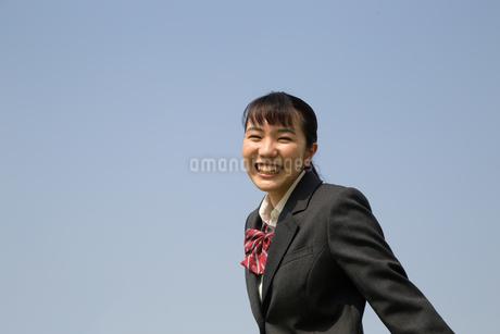 青空と笑顔の女子高校生の写真素材 [FYI01220914]
