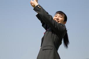 青空と笑顔の女子高校生の写真素材 [FYI01220915]
