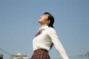 青空と女子高校生の写真素材 [FYI01220916]