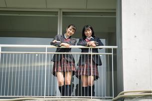 2人の女子高校生の写真素材 [FYI01220918]